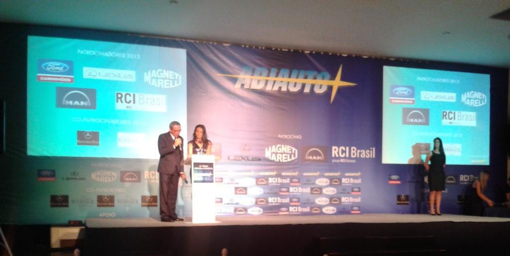 Jornalista e mestre de cerimônias Edison Ragassi e Célia Murgel, jornalista e presidente da ABIAUTO, abrem a premiação.